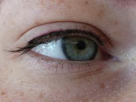 oční linka ihned po zákroku aplikovaná zejména v řasách pro přirozený vzhled